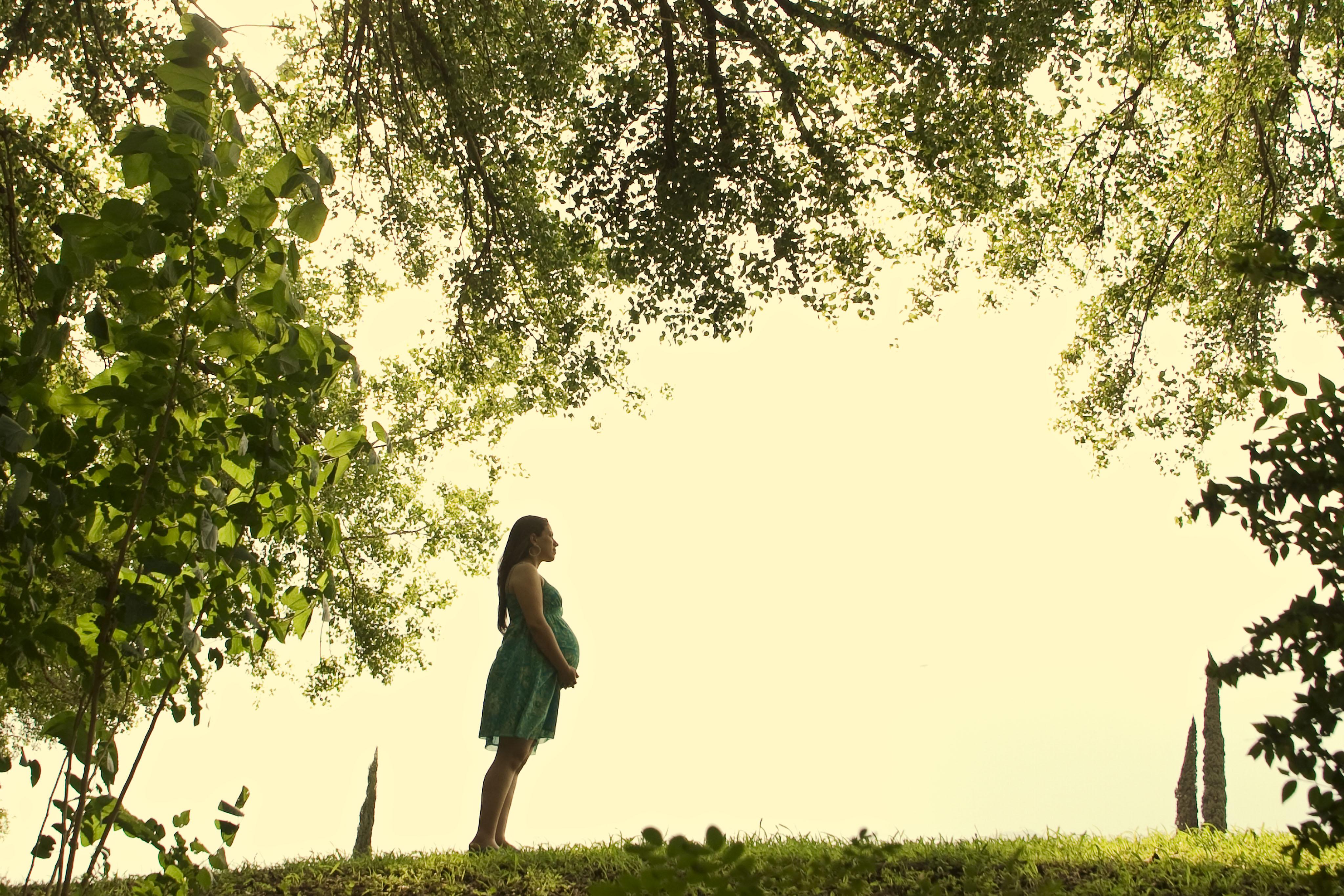 fotografia de embarazo en un parque de monterrey
