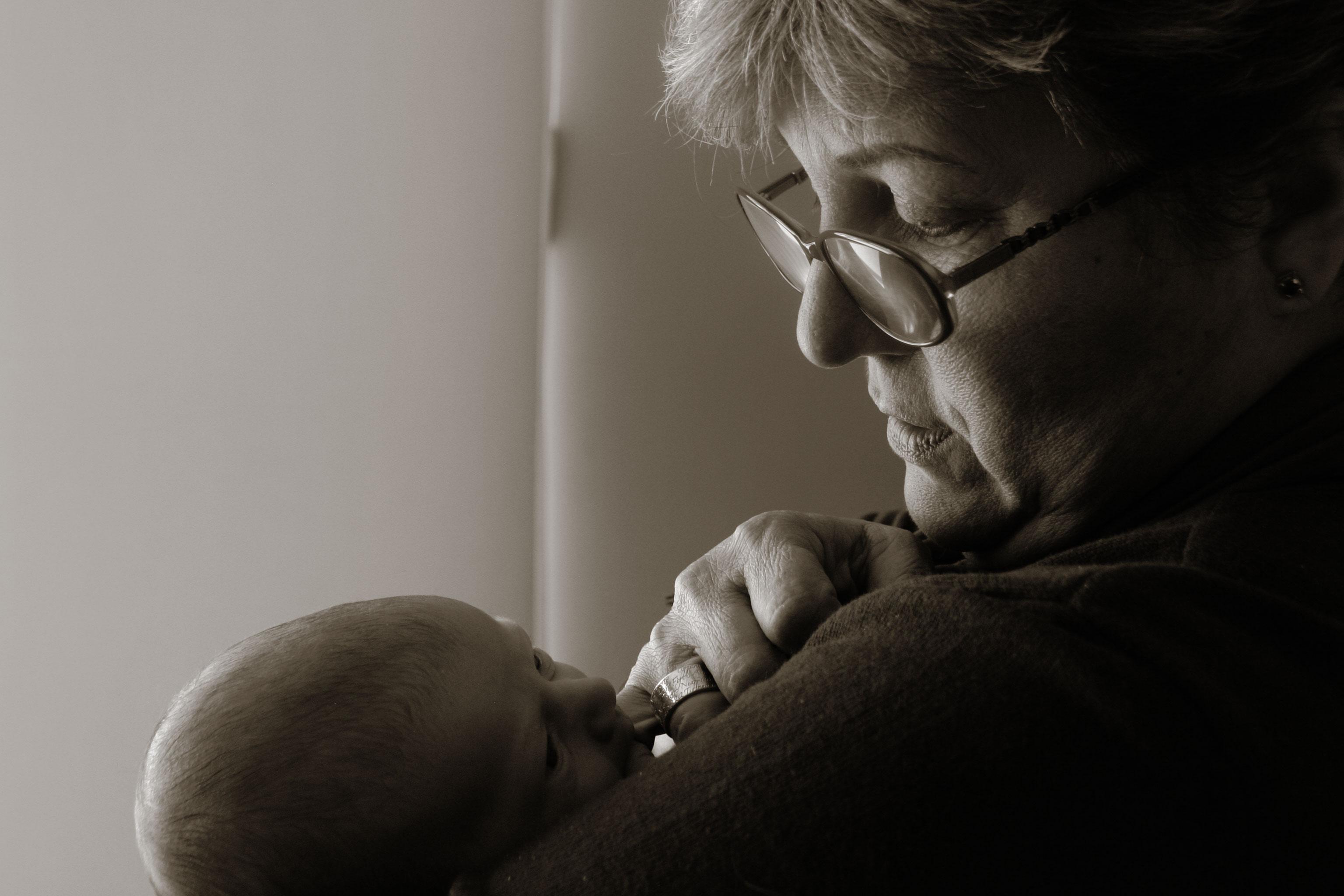 fotografia de una abuela y su nieto