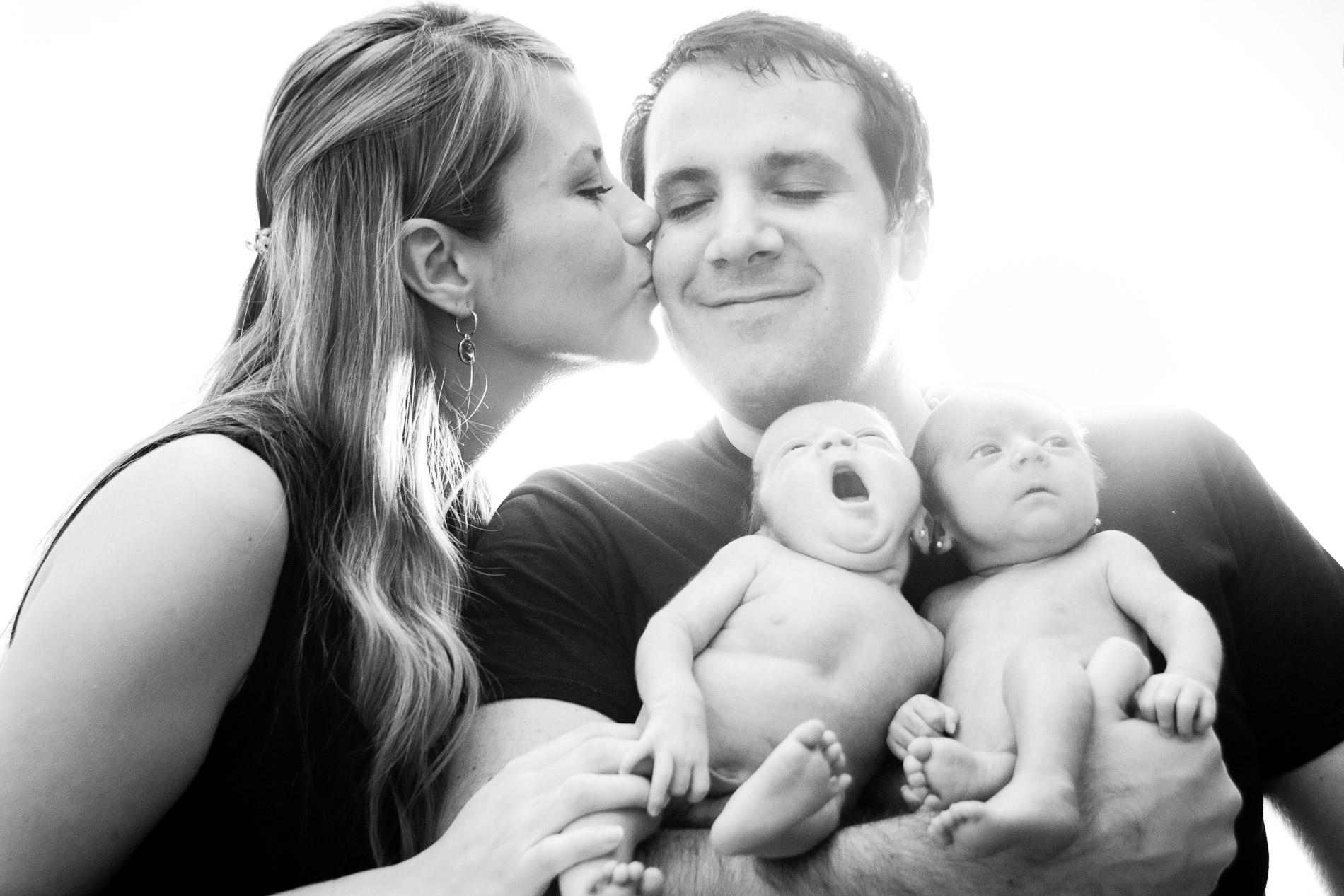 foto de esposos con su recién nacido